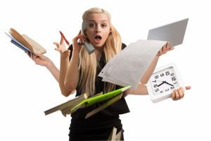 仕事に追われて忙しい女性