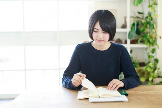 勉強している女の子