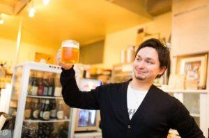 とりあえずビールを飲む男性