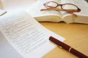 ペンとメガネと本