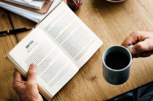本を読みながらコーヒーを飲む