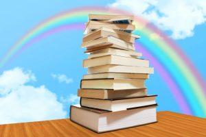 机の上に本が山積み