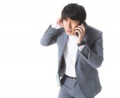 電話で謝る男性