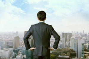 建物を眺める男性
